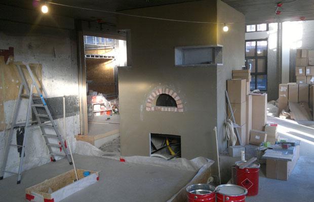 Pizzaovn under bygging. Foto.