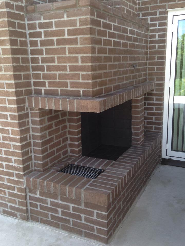 Utepeis med innebygget grill. Foto.