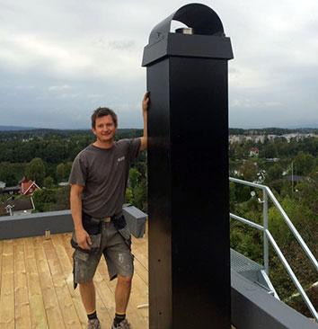 Murmester K. Svendsen monterer og rehabiliterer piper og skorsteiner etter forskriftene.