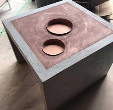 Microsement og kobber blir et unikt bord til frisørsalongen Studio Alf i Ski. Foto.